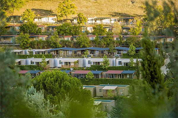 Immerso tra le colline del Chianti, con 2500 mq di piscine