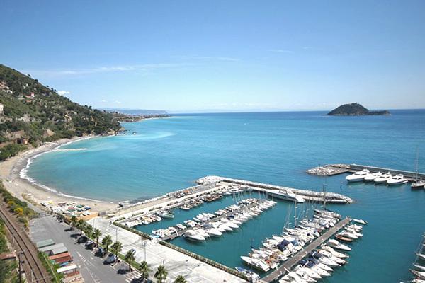 Sulla Riviera di Ponente, a 300 metri dal mare