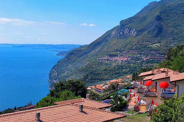 Vista panoramica tra lago e montagna