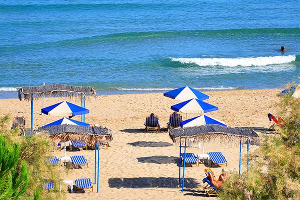 Direttamente sulla spiaggia di Almiros Bay