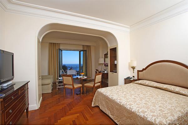 Fronte mare, nella baia di Taormina