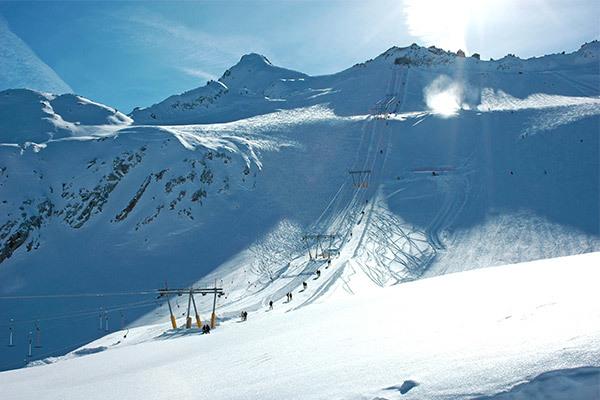 In stile alpino, in una rigogliosa pineta