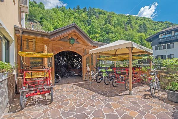 Struttura sul Lago di Ledro, circondata da un magnifico giardino