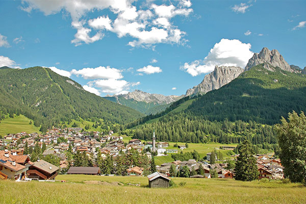 In posizione panoramica in Val di Fassa