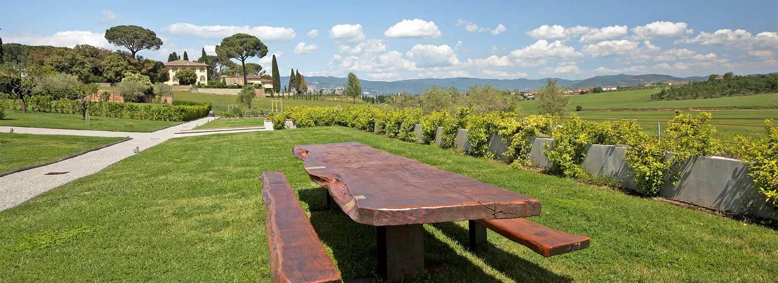 Borgo storico immerso tra le colline toscane