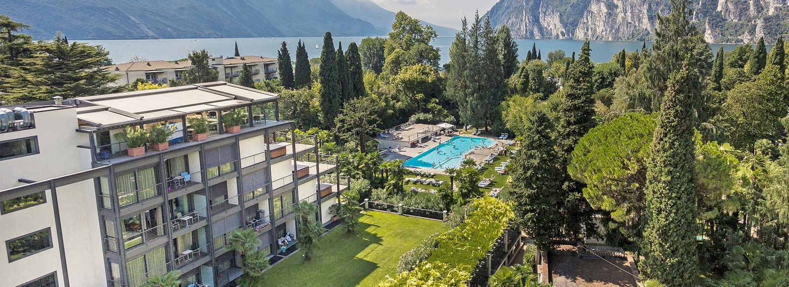 Immerso in un parco sulle rive del Lago di Garda