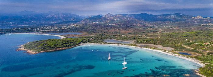 Affacciato sulle spiagge di Salina Bamba e Cala Brandinchi