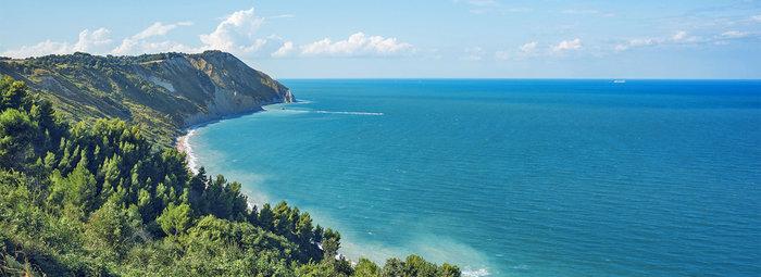 Tra il blu del mare e una ricca vegetazione