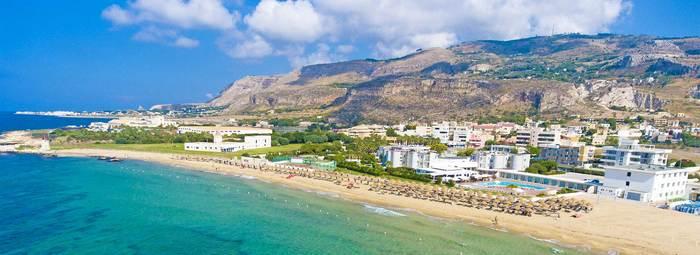 Sulla spiaggia sabbiosa, con vista sulle Egadi