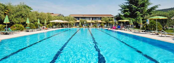 Struttura moderna, immersa nel verde, con piscina.