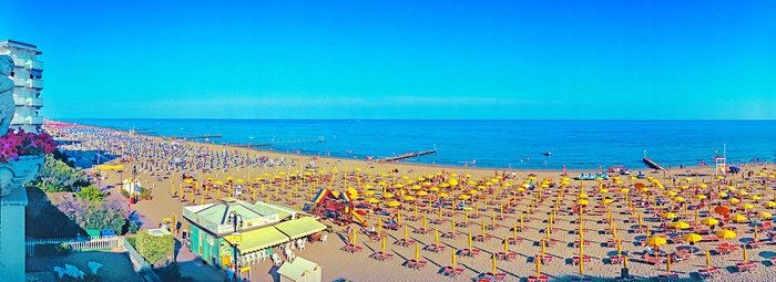 In posizione centrale, spiaggia inclusa