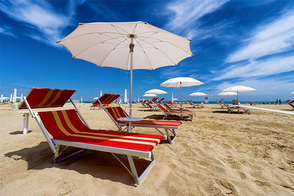 Sole e divertimento per le lunghe spiagge