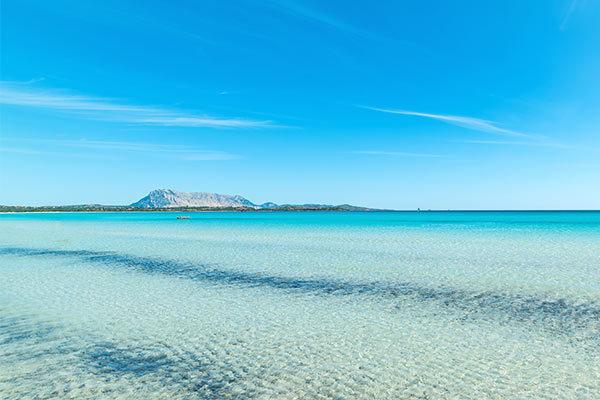 Il paradiso a portata di tutti, scegli il viaggio in nave per scoprire le bellezze di quest'isola.