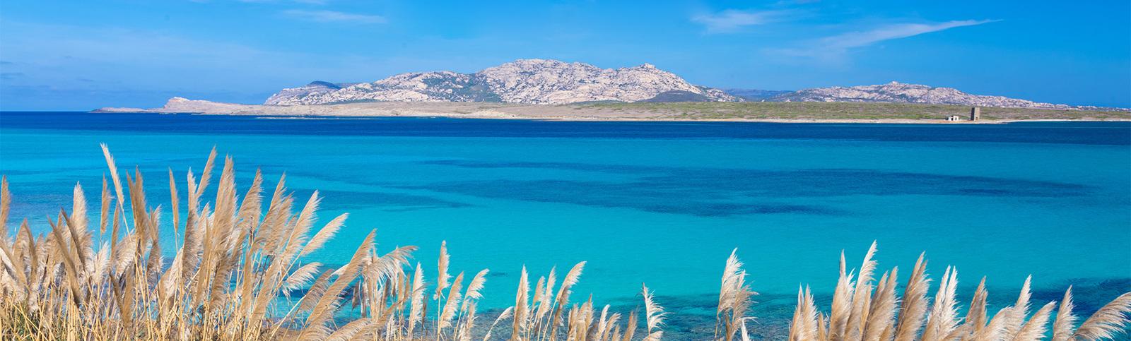 Prenota la tua vacanza in Sardegna con gli amici o la famiglia. Scopri lla selezione di offerte di Vantaggi Travel, prezzi sempre imbattibili.